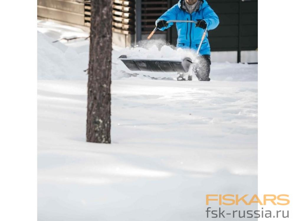 Скрепер-волокуша Fiskars + Садовые перчатки Fiskars в подарок!
