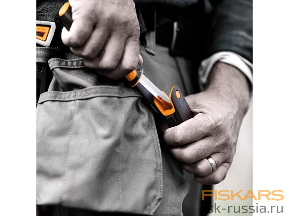 Универсальный нож с точилкой Fiskars